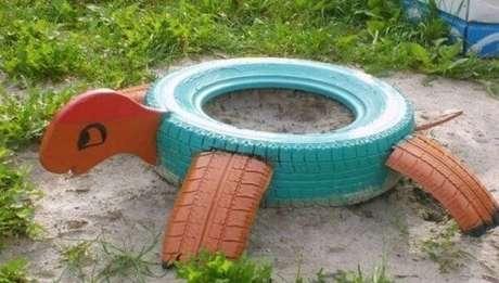 65. Enfeites para jardim feitos com pneus formam uma linda tartaruga. Fonte: Pinterest