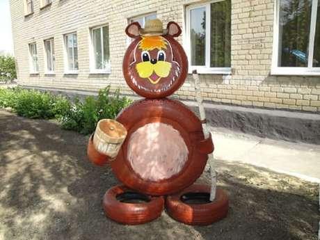67. Enfeites para jardim feitos com pneus formam um lindo urso. Fonte: Pinterest