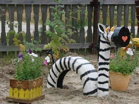 69. Enfeites para jardim feitos com pneus formam a imagem de uma zebra. Fonte: Pinterest