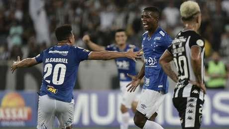Cacá comemora gol que abriu placar no Nilton Santos (Foto: Marcello Dias/Light Press/Cruzeiro)