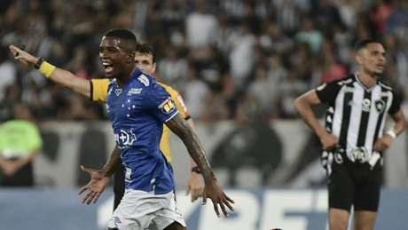 Cacá abriu o caminho para a vitória da Raposa diante do Fogão, no Rio de Janeiro-(Marcello Dias/Light Press/Cruzeiro)