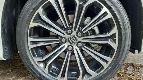 As rodas do Corolla Hybrid são muito bonitas e têm aro 17.