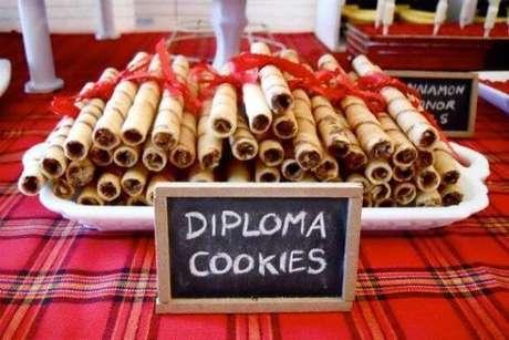 54. Lembrancinhas de formatura de doces com formato de diploma – Por: Toda Atual