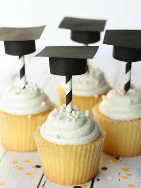 26. Cupcake personalizado para entregar de lembrancinhas de formatura – Por: Pinterest