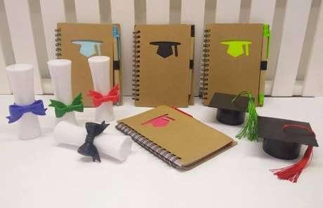 31. Caderno personalizado com lembrancinhas de formatura ensino médio – Por: Pinterest