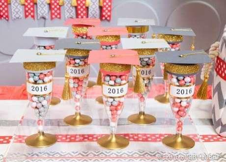 45. Taças personalizadas para usar na decoração da festa de formatura – Por: Society
