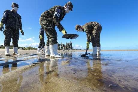Militares do 4° Batalhão de Polícia do Exército (BPE) fazem mutirão para retirada dos resíduos de óleo na praia de Peroba, em Maragogi (AL)