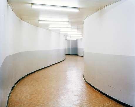 Corridor (Corredor), subsolo da biblioteca da Universidade de Mentouri, Constantine: 'Corredores são espaços neutros, que servem para levar a algum lugar. Com suas curvas sinuosas, marca registrada do estilo de Niemeyer, esse corredor revela o espírito do prédio'