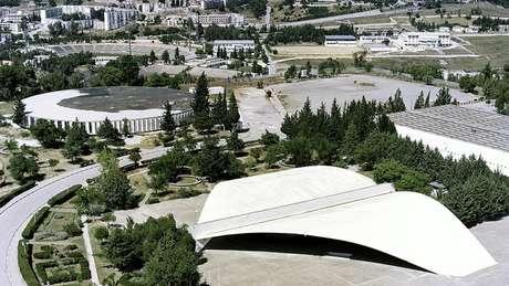 Auditório na forma de um livro aberto na Universidade de Mentouri, na Argélia, com projeto de Niemeyer em um momento em que país tentava se reconstruir
