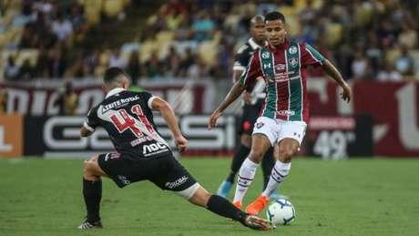 Allan tira Bruno Gomes da jogada e leva o Fluminense ao ataque - LUCAS MERÇON/ FLUMINENSE F.C.