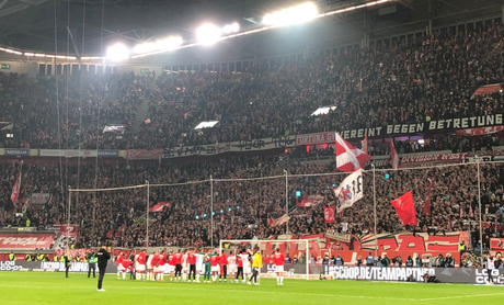 A torcida do Dusseldorf lotou o estádio na vitória do time (Foto: Reprodução/Twitter Dusseldorf)