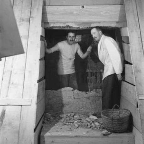 Burton montou suas fotos para torná-las o mais dramáticas possível; tirada em fevereiro de 1923, esta imagem é uma das únicas duas mostrando Carter (à esquerda) e lord Carnarvon juntos na tumba