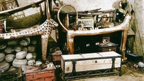 Harry Burton documentou o conteúdo da tumba de Tutancâmon, incluindo esta caixa branca, que continha camisas de linho, xales e panos de lombo, 18 varas, 69 flechas e uma trombeta