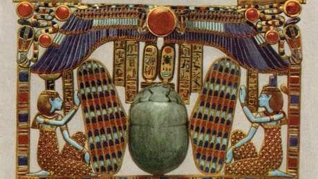 Representações da deusa Ísis, como neste peitoral ornamental encontrado na tumba, eram de aparência moderna, seus cabelos cortados e seu vestido de turnê 'combinavam' com a 'garota moderna' da década de 1920