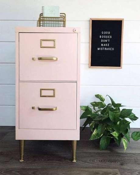 4. Gaveteiro organizador de madeira cor de rosa com puxador metalizado – Por: Pinterest