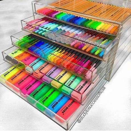 30. Gaveteiro organizador de acrílico com canetas coloridas – Por: Instagram