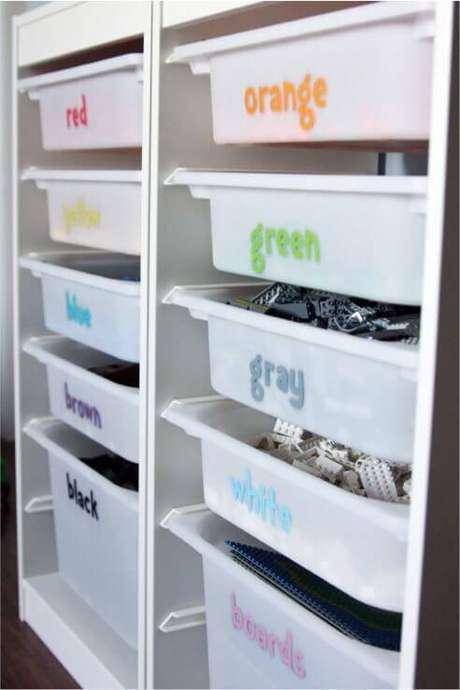 6. Gaveteiro organizador de plástico com etiquetas coloridas para organizar os brinquedos infantis – Por: Just Real Mom