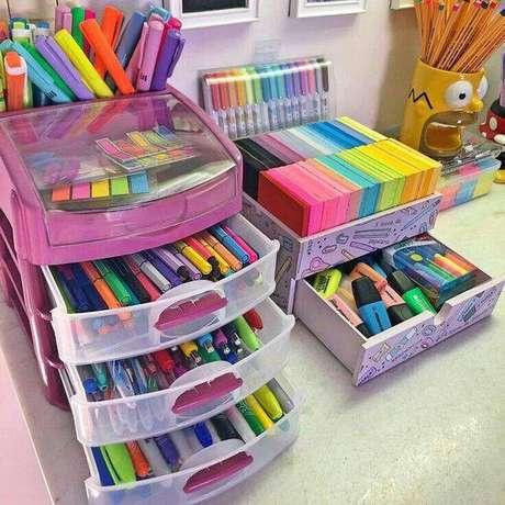 15. Gaveteiro organizador de plástico para organizar o escritório – Por: Livros Rabiscando