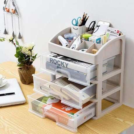 2. Gaveteiro organizador para mesa de escritório, feito de plástico – Por: Revista VD
