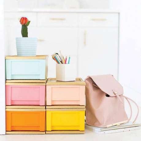 20. Organizador colorido para gaveteiro de sala – Por: Pinterest
