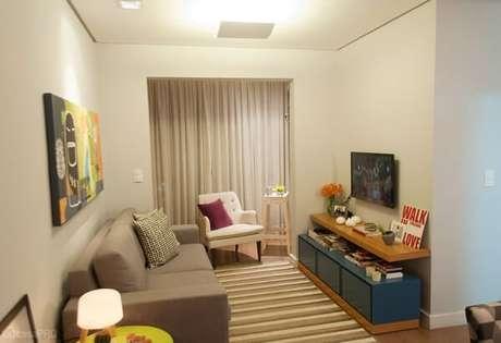 39. Poltronas para sala de tv branca com acabamento em capitonê. Fonte: Casa Abril