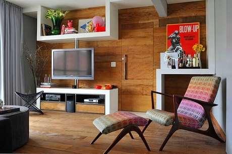 37. Poltronas para sala de tv com design criativa e descanso para pés. Fonte: Papo de Casada