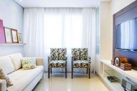 40. Poltronas para sala de tv com tecido estampado se destaca no ambiente. Fonte: Casa Abril