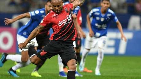 No turno, a Raposa foi derrotada no Mineirão por 2 a 0, na 12ª rodada- Miguel Locatelli/Athletico-PR