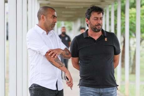 Emerson Sheik deu entrevista coletiva ao lado de Duílio Monteiro Alves, diretor de futebol do Corinthians (Foto: Peter Leone/O Fotográfico/Lancepress!)