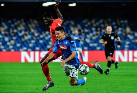 Lozano cai, mas se recupera para empatar duelo para o Napoli, no San Paolo (Foto: ALBERTO PIZZOLI / AFP)
