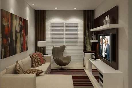 10. As poltronas para sala de tv podem ser posicionadas próxima a cortina do ambiente. Fonte: Pinterest