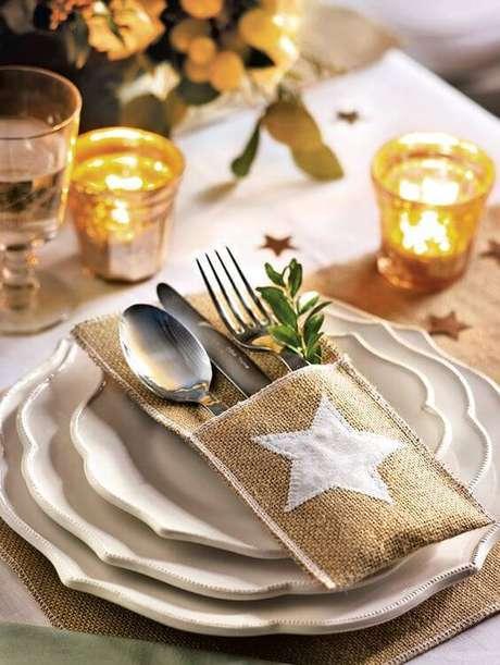16. Ceia de ano novo simples e barata com detalhes em dourado e velas – Por: Casa Tres Chic