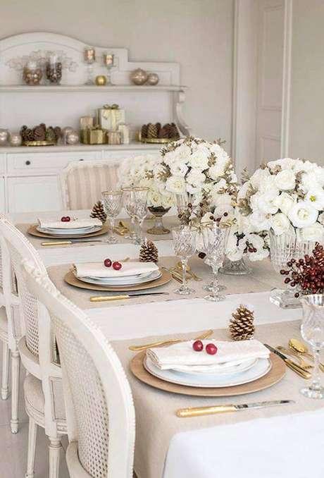 37. Ceia de ano novo branco e dourado – Por: Pinterest