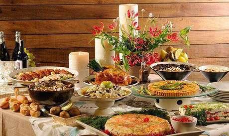 1. Mesa com comida para ceia de ano novo – Por: Reconcavo Fm