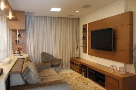 11. Poltronas para sala de tv e painel de madeira. Fonte: Decoração de ambiente