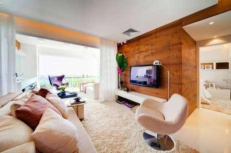47. Ambiente decorado com poltronas para sala de tv giratória e sofá. Fonte: Papo de Casada