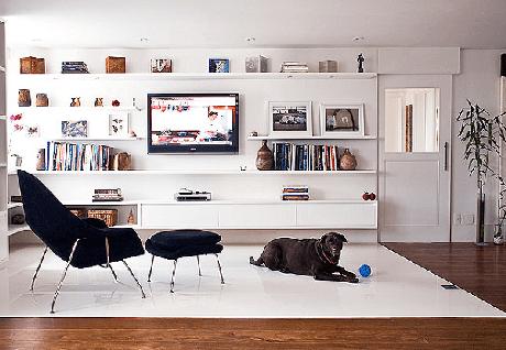 50. Em um ambiente pequeno deixe o sofá de lado e invista em poltronas para sala de tv com descanso para os pés. Fonte: Pinterest