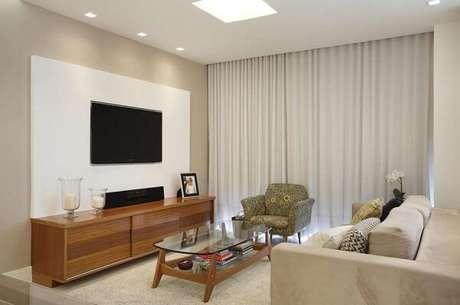 51. Poltronas para sala de tv com tecido estampado se mistura com o sofá neutro. Fonte: Pinterest