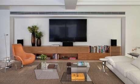 57. Poltronas para sala de tv em tom alaranjado traz descontração ao espaço. Fonte: ConstruindoDecor