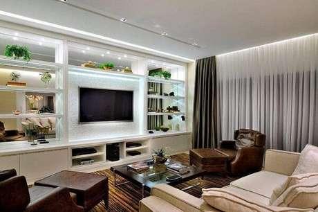 58. Poltronas para sala de tv feitos em couro trazem sofisticação ao ambiente. Fonte: Pinterest