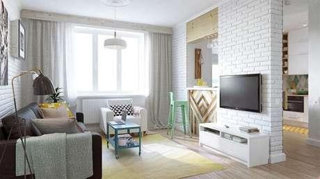 60. Poltronas para sala de tv em tom branco se harmonizam facilmente com diversos estilos de decoração. Fonte: Decorati