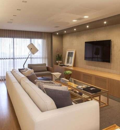 17. Poltronas para sala de tv e balcão de madeira. Projeto por Très Arquitetura