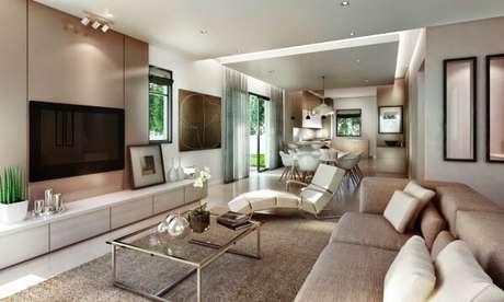7. Poltrona decorativa para sala de tv e painel branco. Fonte: Pinterest