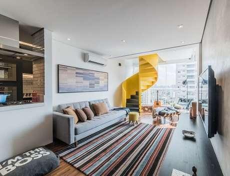 20. Poltronas para sala de tv e tapete listrado complementa a decoração. Projeto por Pietro Terlizzi