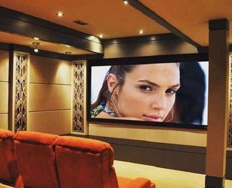 29. Poltronas para sala de tv em tom laranja. Fonte: Revista Viva Decora
