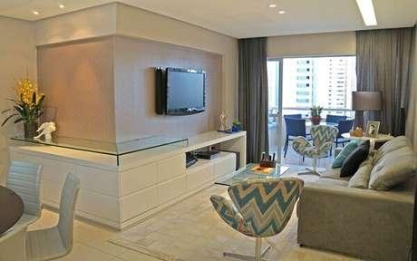 61. Poltronas para sala de tv giratórias e feitas com tecido estampado. Fonte: Pinterest