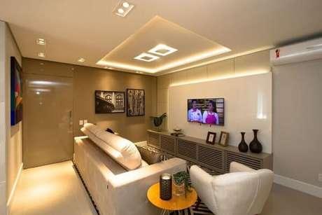 66. Poltronas para sala de tv com design moderno e tom branco. Projeto por Marina Turnes