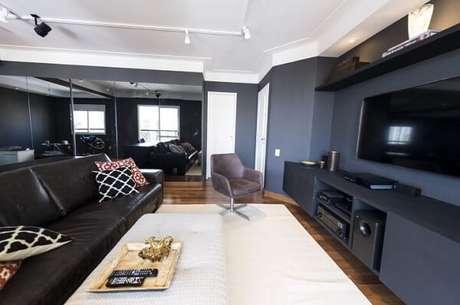 67. Poltronas para sala de tv com tecido aveludado trazem conforto aos ocupantes do móvel. Projeto por Carla Cuono