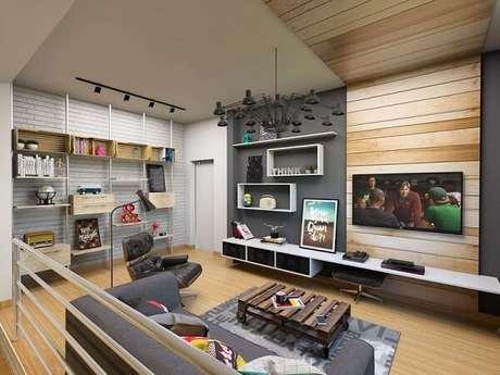 69. Poltronas para sala de tv e painel de madeira. Fonte: DoEdu