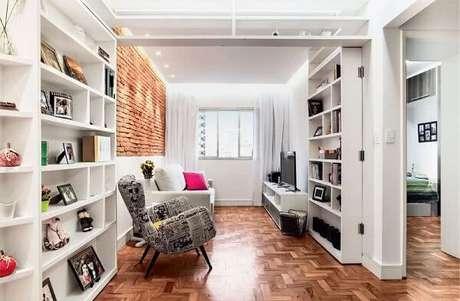 8. Tijolinho aparente e poltronas para sala de tv estampada. Fonte: Pinterest